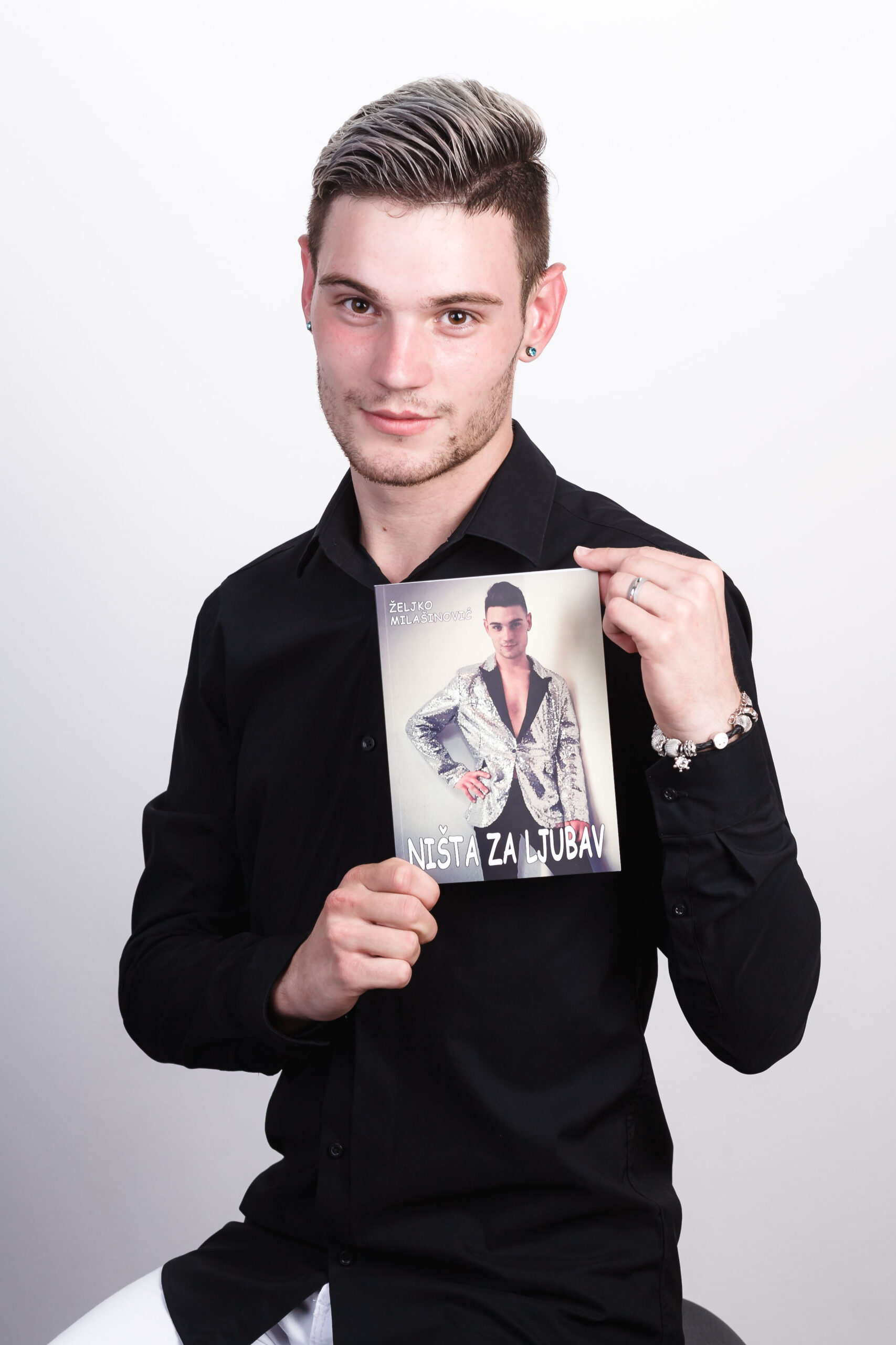 """Na 22. rođendan mladi spisatelj i pevač svojim fanovima poklonio roman """"Ništa za ljubav"""""""